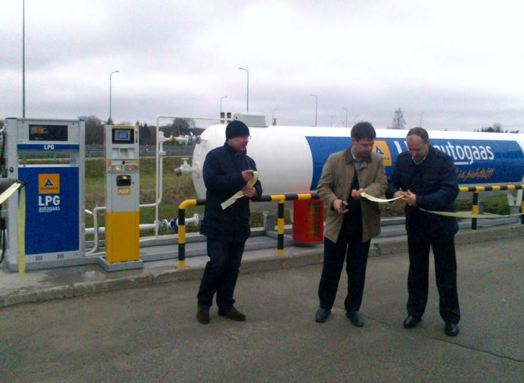 Tanklat avavad Alexela Oili tegevjuht Ain Kuusik, Jõhvi vallavanem Tauno Võhmar ja Alexela Oili müügi- ja arendusdirektor Aivar Räim (paremalt)
