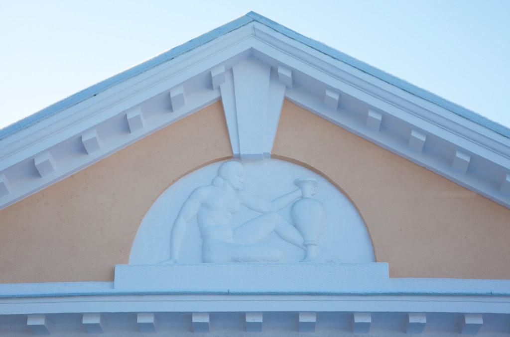 Antiigihõngulised ornamendid Pärnu Mudaravila ajaloolise hoone välisfassaadil, mis on olnud inspiratsiooniks Hedon SPA nime ja logo loomisel