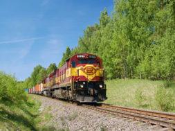 konstantin-menshikov-diesel-loco-c26_7-with-containers.jpg