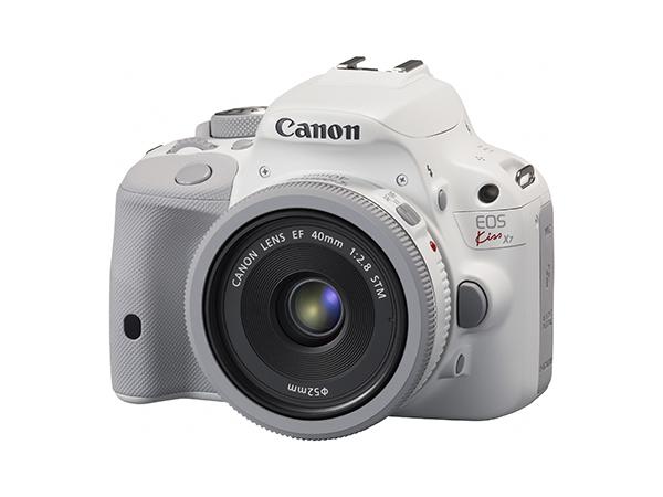 Canon toob turule valge EOS 100D kaamera ja objektiivi