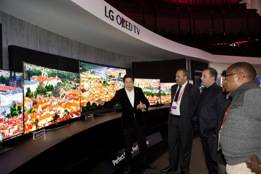 04_Customers_watching_LG_4K_OLED_TVs_at_LG_InnoFest_Middle_East_Asia_and_Africa_held_in_Lisbon (Large)