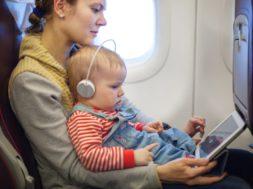 laps-ja-ema-lennureisil