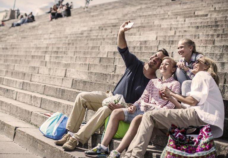 Elisa pakub esmakordselt Eestis ühe kuutasu eest sideteenust, mobiil-ID-d ja reisikindlustust perele
