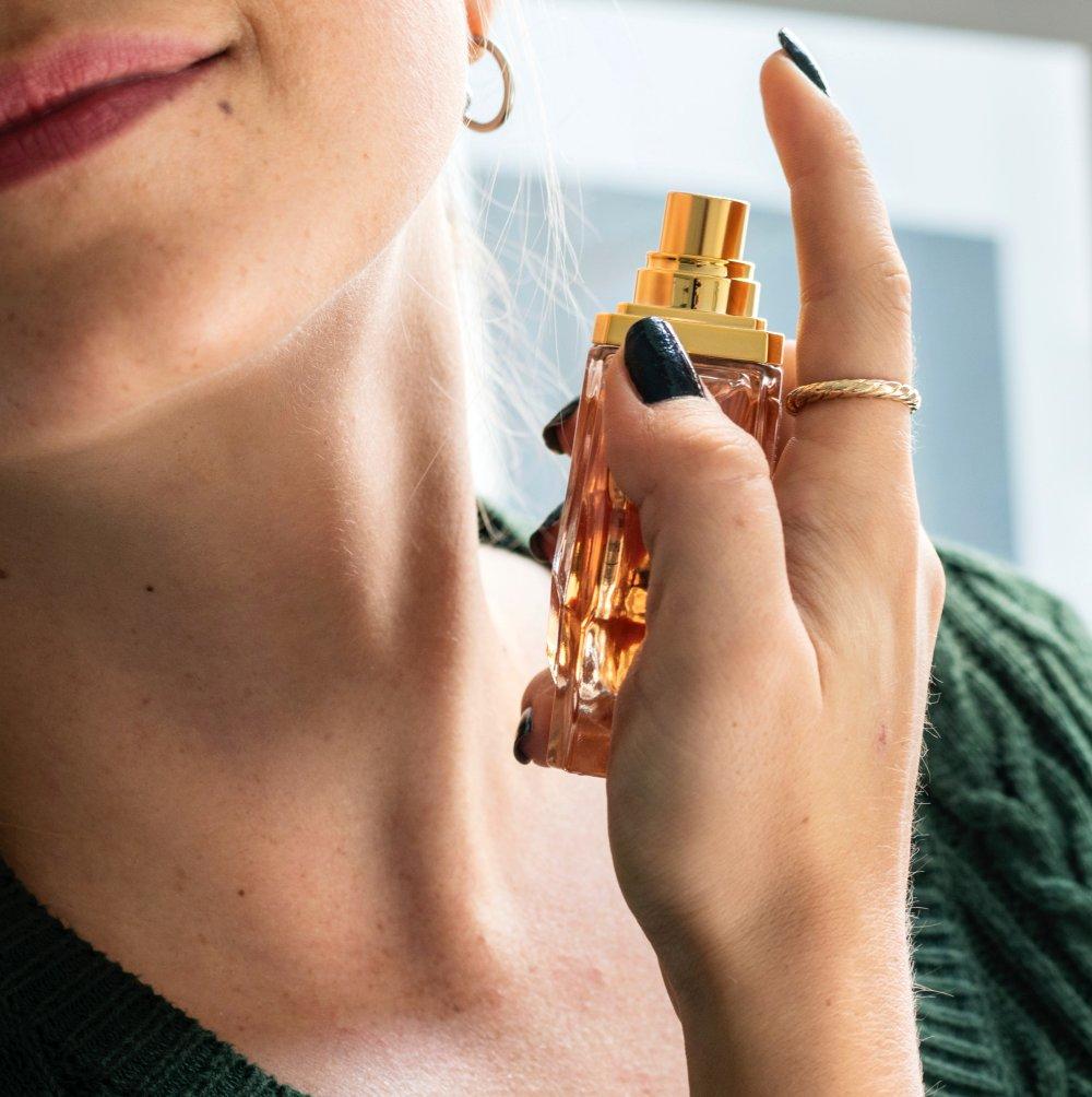 kaanepilt-naine-parfuumiga