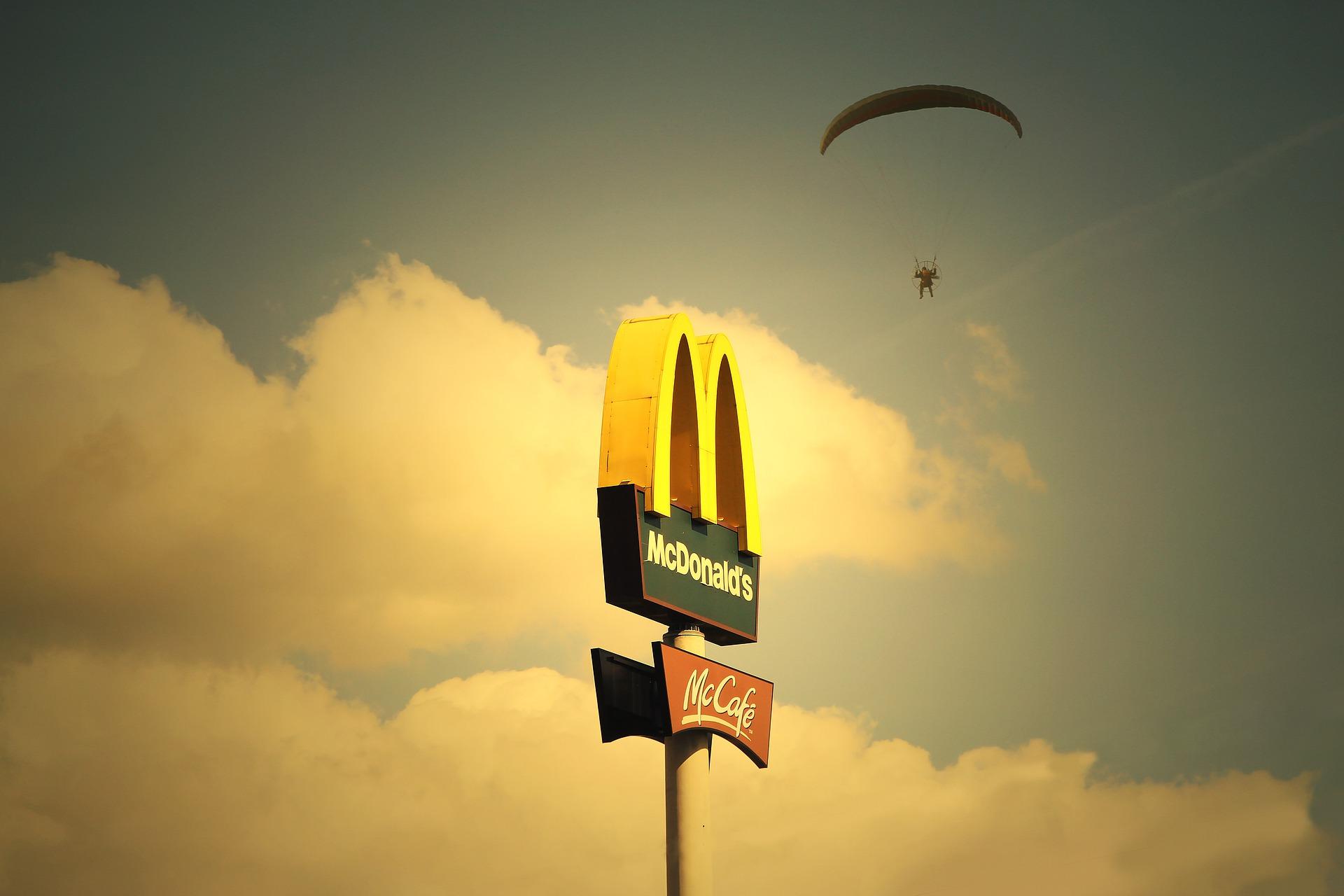 PUHTAMA KESKKONNA NIMEL! McDonald's® loobub külmade jookide serveerimisel plastikkaantest