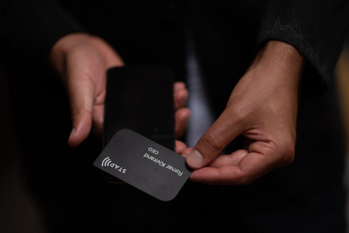 Kaamos võtab kasutusele elektroonilised visiitkaardid